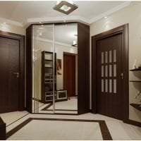 темные двери в интерьере кухни из сосны фото
