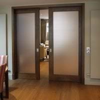 темные двери в интерьере квартиры из сосны картинка