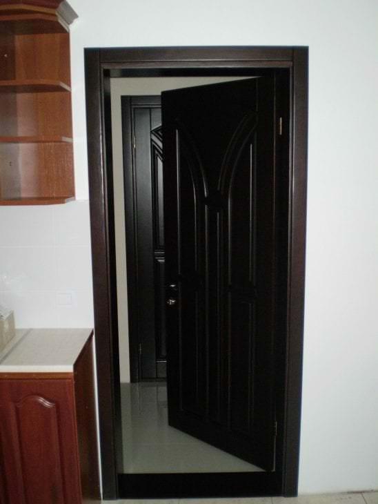 темные двери в интерьере гостиной из сосны