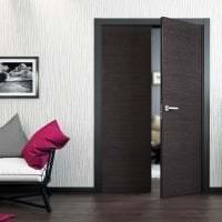 темные двери в интерьере прихожей из ореха фото