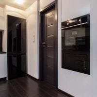 темные двери в дизайне дома из дуба картинка