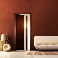 темные двери в декоре квартиры из сосны фото