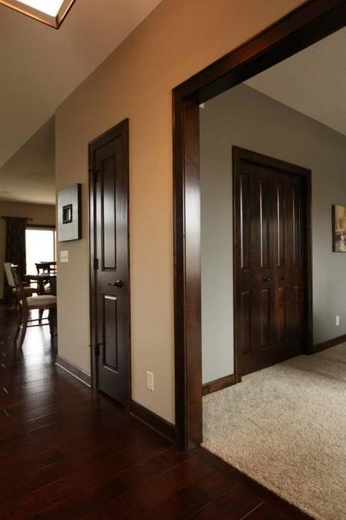 темные двери в интерьере коридора из красного дерева