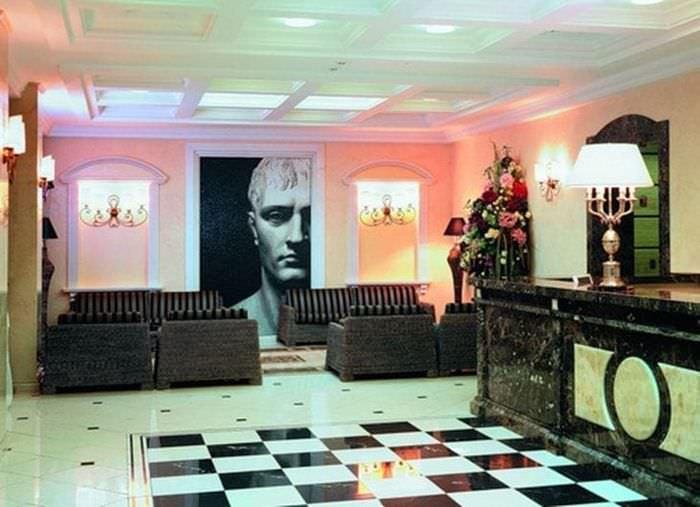 темный декор коридора в стиле эклектика