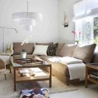 светлый угловой диван в дизайне гостиной картинка