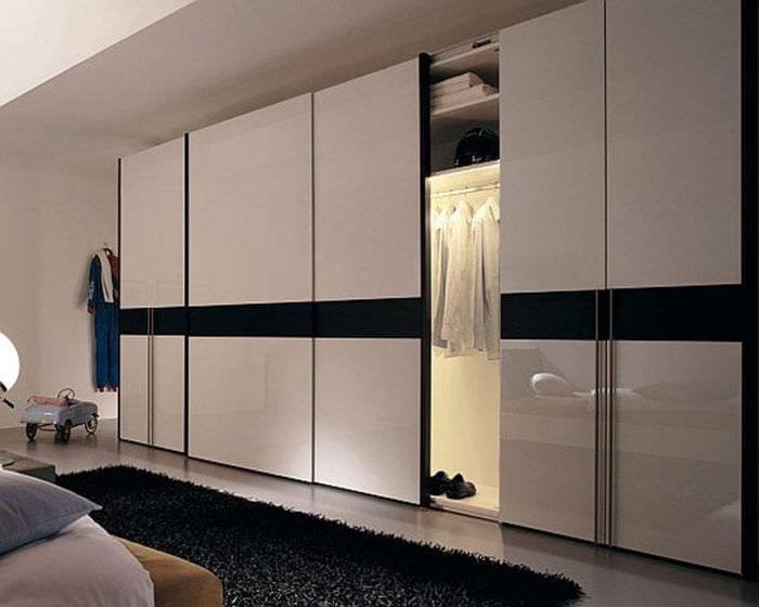 большой шкаф в дизайне коридора