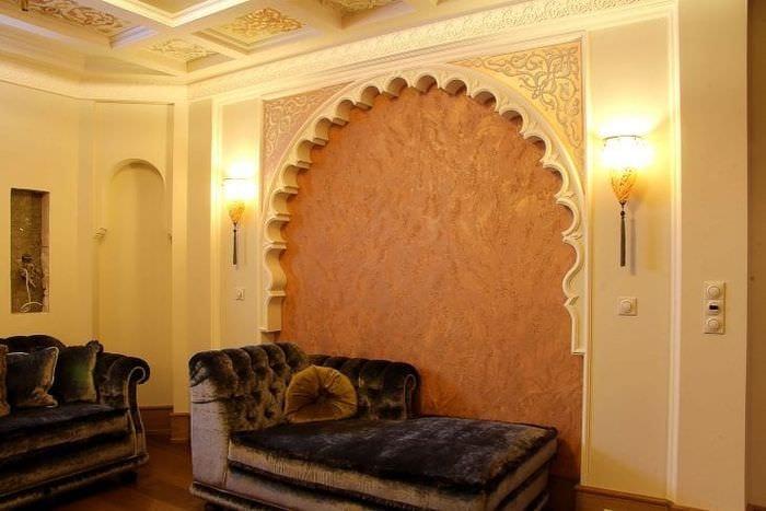 яркая арка в интерьере спальни