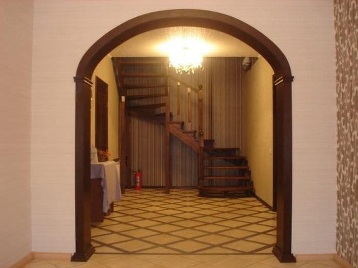 светлая арка в стиле гостиной
