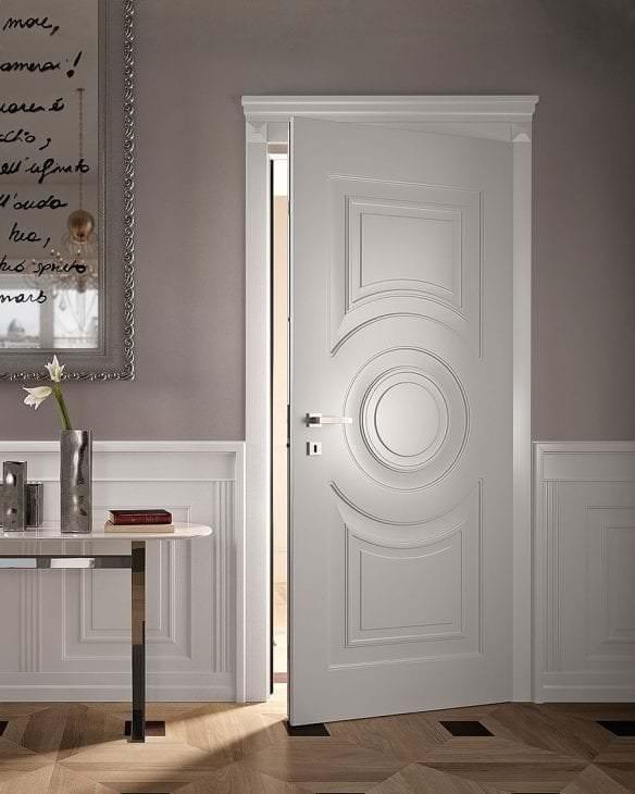 яркие двери в интерьере с оттенком коричневого