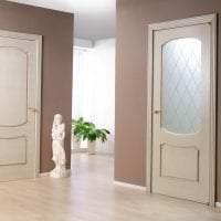 белые двери в дизайне с оттенком алого фото