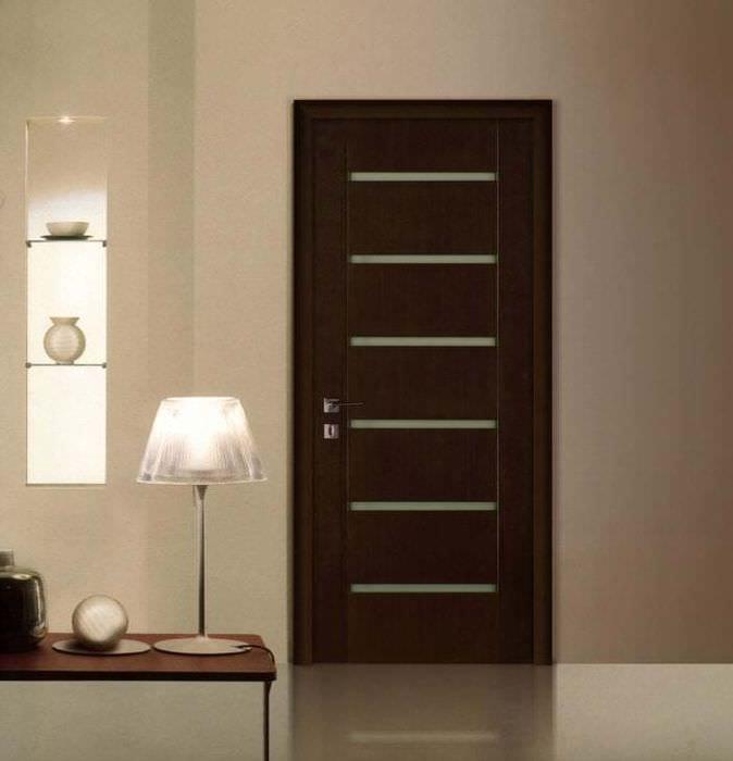 яркие двери в дизайне коридора