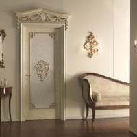 белые двери в стиле с оттенком шоколадного картинка
