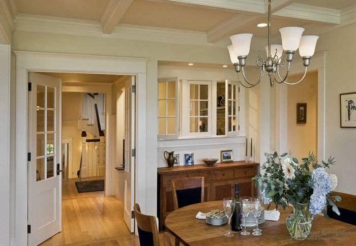 светлые двери в интерьере с оттенком алого