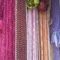 цветные шторы нити в интерьере кухни картинка