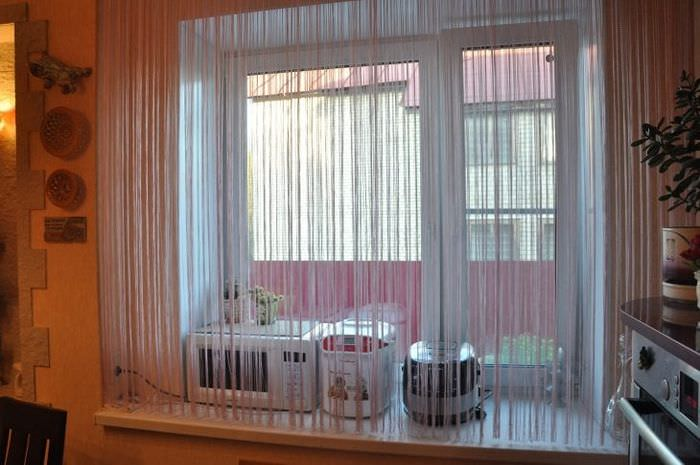 светлые шторы нити в дизайне прихожей