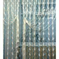 цветные шторы нити в интерьере прихожей картинка