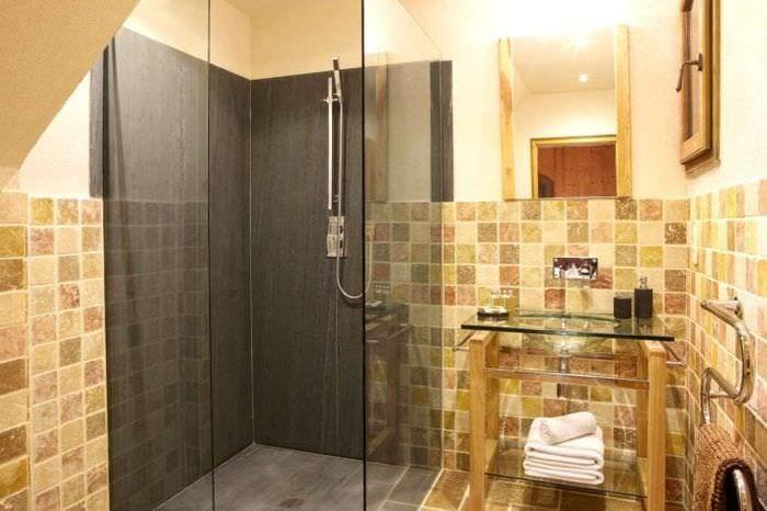 красивый интерьер ванной комнаты с душем в темных тонах