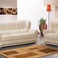 яркий диван в стиле гостиной картинка