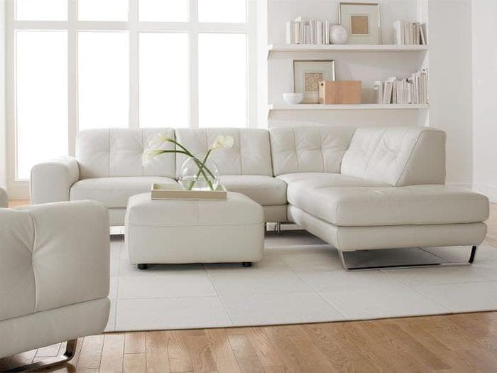 яркий диван в интерьере комнаты