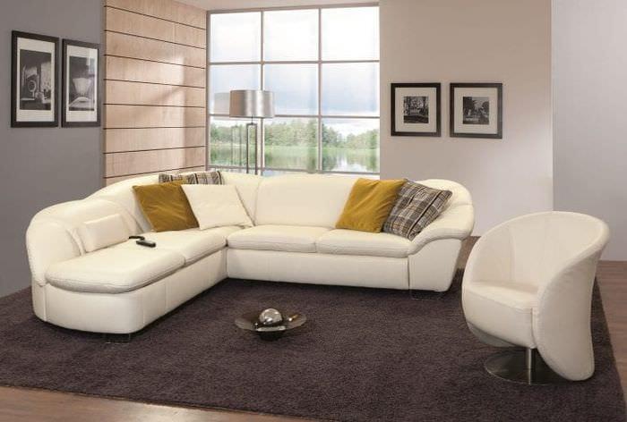 яркий диван в дизайне квартиры