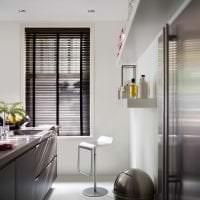 яркий дизайн белой кухни с оттенком песочного картинка