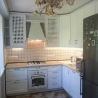 красивый стиль белой кухни с оттенком голубого фото