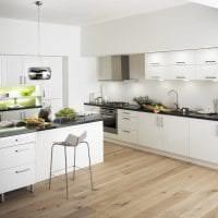 светлый дизайн белой кухни с оттенком бежевого фото