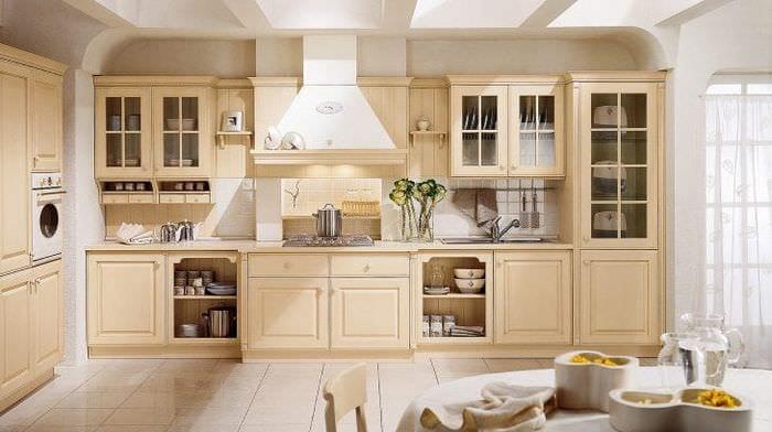 яркий интерьер бежевой кухни в стиле шебби шик