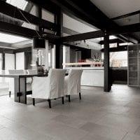 яркий интерьер кухни в черно белом цвете картинка