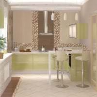 светлый фартук из плитки маленького формата с рисунком в дизайне кухни картинка