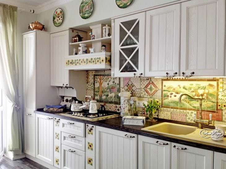 светлый фартук из плитки большого формата с рисунком в декоре кухни