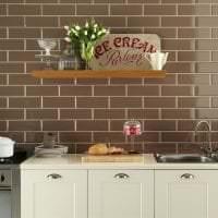 светлый фартук из плитки маленького формата с изображением в декоре кухни картинка