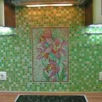 светлый фартук из плитки стандартного формата с рисунком в интерьере кухни картинка
