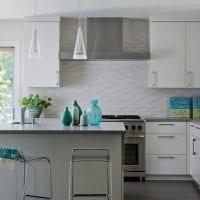 красивый фартук из плитки большого формата с рисунком в декоре кухни фото