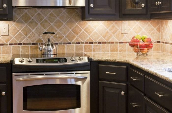 красивый фартук из плитки большого формата с рисунком в стиле кухни