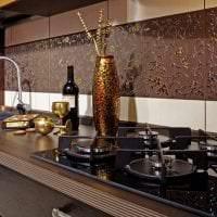 красивый фартук из плитки большого формата с изображением в декоре кухни картинка