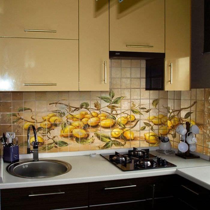 красивый фартук из плитки стандартного формата с рисунком в декоре кухни