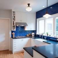 красивый стиль белой кухни с оттенком зеленого картинка
