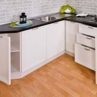 красивый дизайн белой кухни с оттенком розового фото