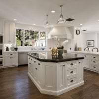 светлый стиль белой кухни с оттенком желтого картинка