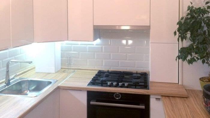 красивый дизайн белой кухни с оттенком бежевого