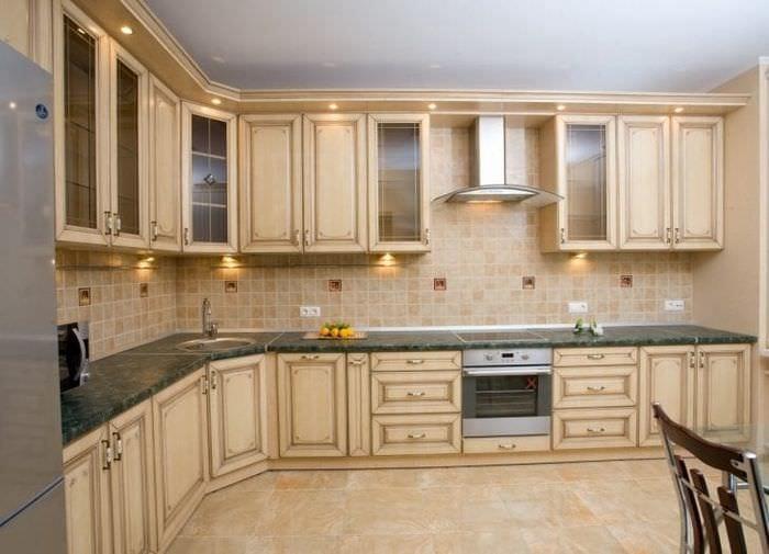 яркий дизайн бежевой кухни в стиле шебби шик
