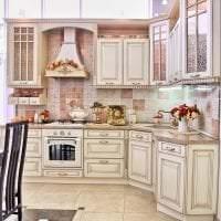 светлый интерьер бежевой кухни в стиле хай тек фото