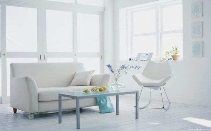 яркий дизайн кухни в белых тонах