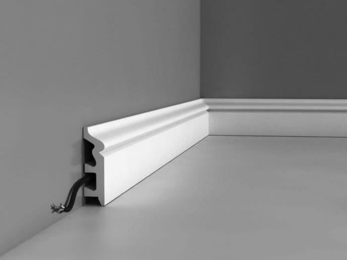 белый плинтус из пенопласта в интерьере комнаты