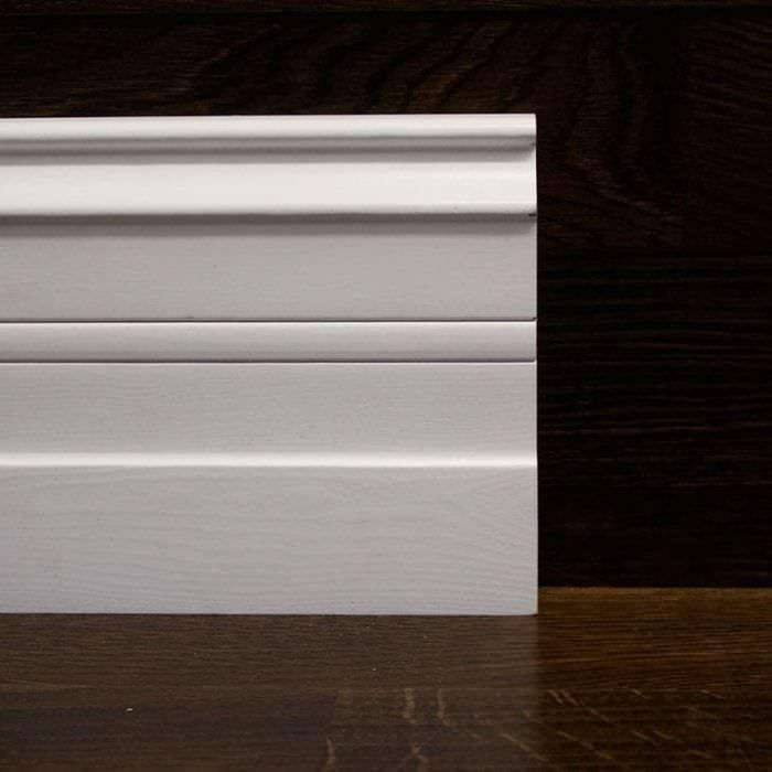 белый плинтус из алюминия в интерьере комнаты