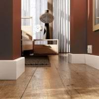 яркий плинтус из керамики в интерьере комнаты фото