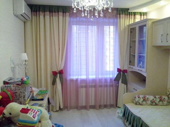 светлый шелковый тюль в интерьере гостиной