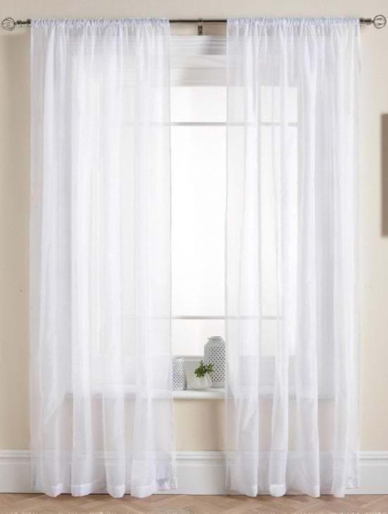 красивый полиэстеровый тюль в интерьере комнаты
