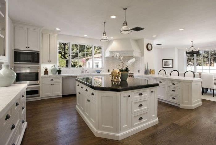 светлый дизайн белой кухни с оттенком зеленого
